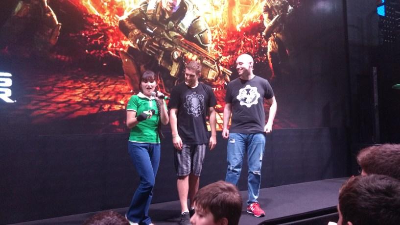 Os caras junto com a Thais (Inside Xbox) são 2 dos produtores de Gears Of War 4 ... FODA!