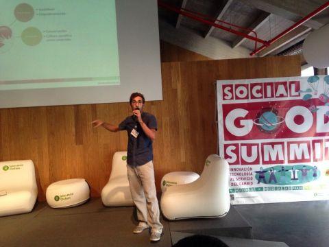 Roi Villar, fundador de 'iLoveScience' en una presentación del proyecto