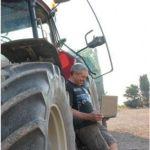 Un agricultor consigue un crédito online desde su tractor