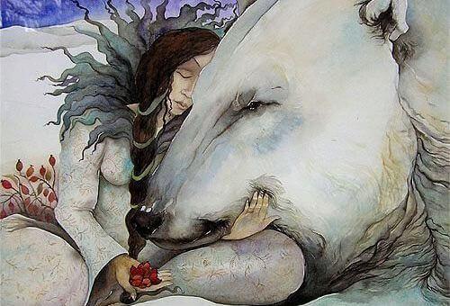 Femme-calinant-un-ours