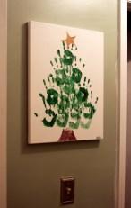 Olha que graça essa ideia! Uma árvore usando o desenho das mãos dos integrantes da casa! Para os pequenos, pode ser usada tinta comestível atóxica! Fonte: http://www.ucreatewithkids.com/2010/12/tutorial-hand-print-christmas-tree.html