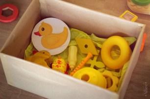 Na imagem: Caixa com diversos objetos amarelos.