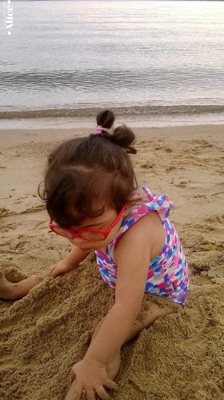 Alice brincando com Areia.