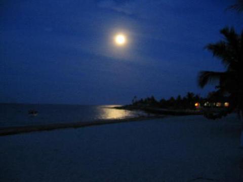 PEMBA - noite de luar na praia do Wimbe - Moçambique