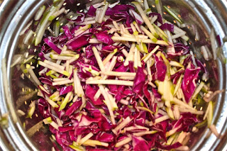 Δροσερή σαλάτα με παντζάρι, λάχανο και τυρί