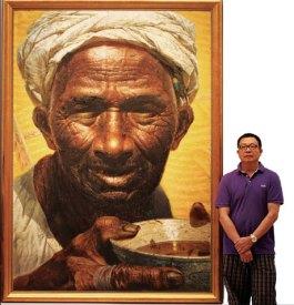 Luo Zhongli posant à côté de son oeuvre. Father, huile sur toile, 227x154cm, 1979, Galerie nationale de Chine, Pékin