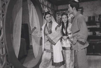 MADAM WHITE SNAKE (Shin Sang-ok, 1960) - un serpent blanc sacré ayant l'apparence d'une belle femme tombe amoureuse d'un jeune pharmacien.