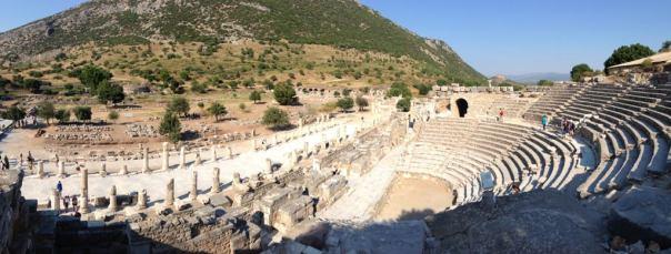 Ruiny bazyliki na drugim planie