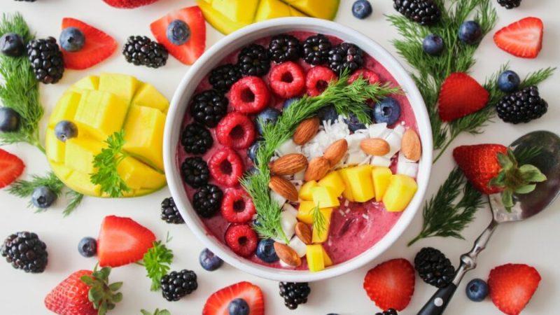 Smoothie Bowl fruits rouges, mangue et noix de coco