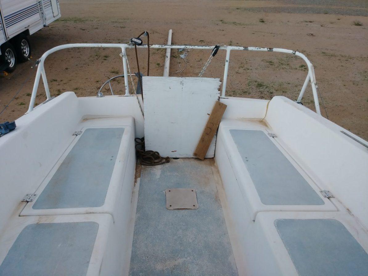 Cockpit in the Laguna Windrose 22 MK1 Sailboat