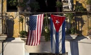 Las banderas de EE UU y Cuba cuelgan en un balcón de La Habana esta semana. / RAMÓN ESPINOSA (AP)