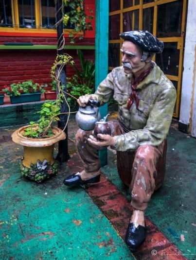 Estatua en uno,de los,pasajes de la calle Magallanes. Barrio de la Boca. Buenos Aires. Argentina 2017.