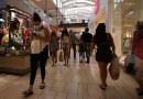 Las ventas minoristas en EE.UU. bajan de su máximo impulsado por los estímulos