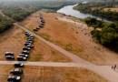 El gobernador de Texas aprueba formar una 'barrera de acero' de kilómetros de largo con vehículos policiales para disuadir a más de 8.000 migrantes en Del Río