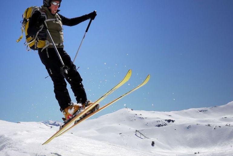foto de un esquiador saltando
