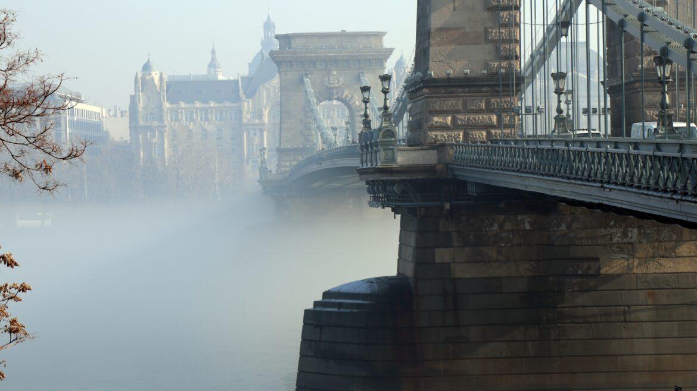 Puente de las cadenas en un día de niebla