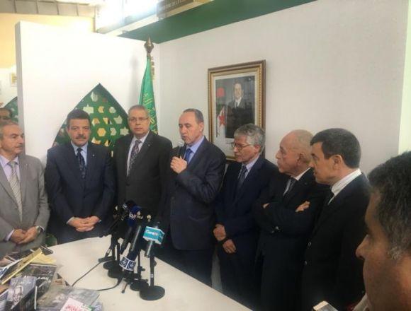 Algerian Minister of Culture hands over books to SADR — Sahara Press Service