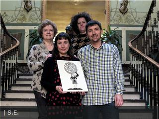 Alouda entrega la obra donada por la artista oscense Vicky de Sus