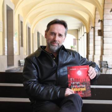 Tras su debut con 'La primera víctima', el jefe de la Policía Local de Alfaro presenta su segunda novela, 'El largo invierno saharaui' Teodoro L. Basterra Policía y escritor   La Rioja
