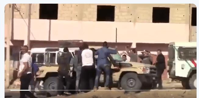 EQUIPE MEDIA: Brutal intervención de fuerzas #paramilitares marroquíes contra 3 ciudadanos saharauis en #Smara