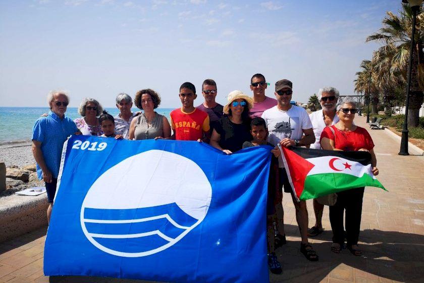 La bandera azul luce por decimoquinto año en la Playa Casablanca de Almenara