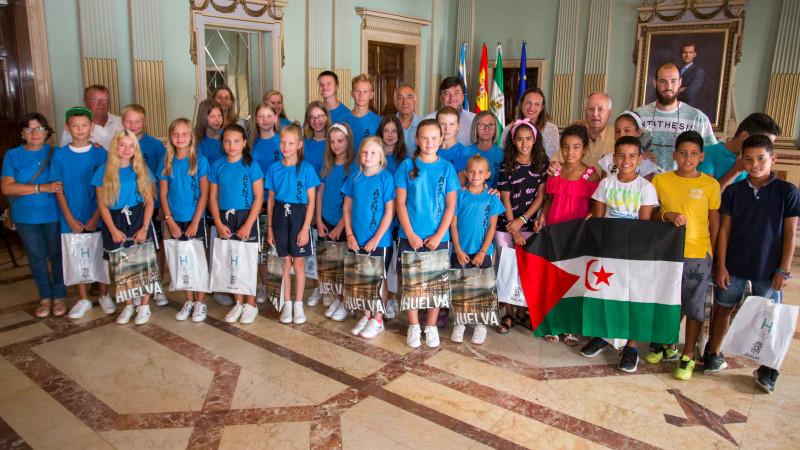 Recibimiento municipal a los 41 niños saharauis y bielorrusos que disfrutan del verano en la capital | Huelva24, la actualidad de la provincia en la red