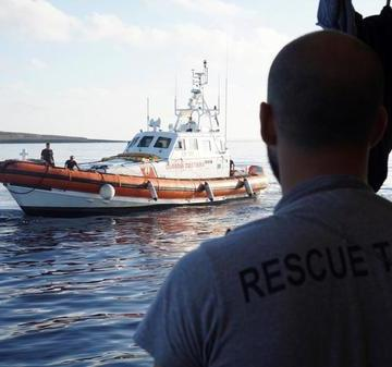 El barco de rescate Open Arms rechaza el ofrecimiento de Madrid de desembarcar en un puerto español