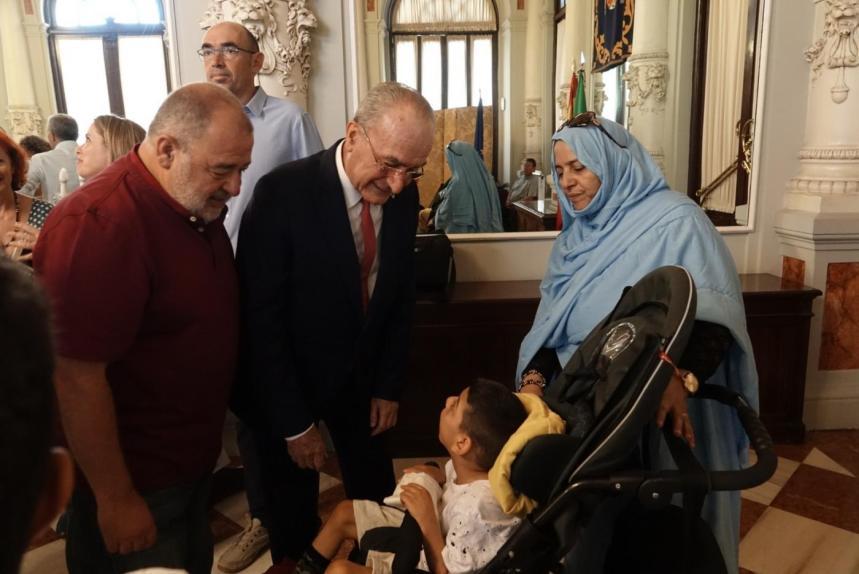 El Ayuntamiento de Málaga recibe a menores saharauis que pasan el verano con familias malagueñas
