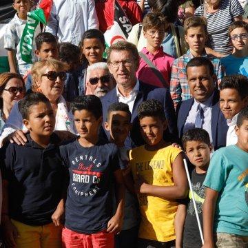 Galicia | Chega Feijóo ao acto de despedida do programa vacacións en paz en solidariedade co pobo saharaui. O único problema é que levamos 40 minutos esperando ao sol cando se nos pediu puntualidade.