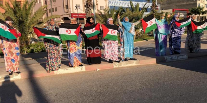 Bajo represión policial marroquí, mujeres saharauis toman las principales calles de El Aaiún