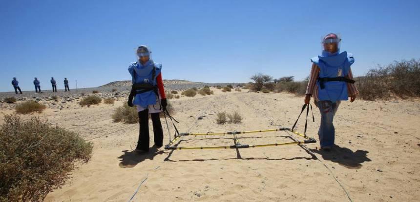 Mujeres saharauis arriesgan sus vidas para limpiar de minas y explosivos sus tierras ancestrales para que el pueblo saharaui pueda volver a vivir en las Zonas Liberadas del Sáhara Occidental