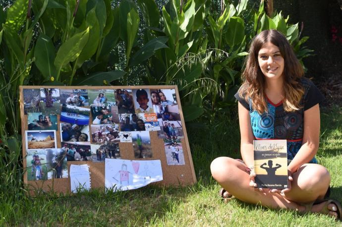 Maite Azcona, vecina de Andosilla, posa con el libro que ha escrito y con fotos y recuerdos de Saleh, el niño saharaui que acogieron.