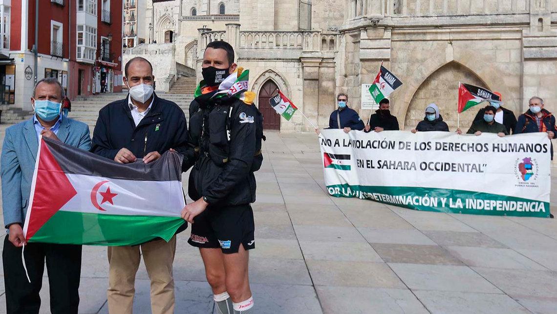 Joseba Alzueta, en primera línea (tercero por la derecha), a su llegada a Burgos mientras hace el Camino de Santiago por el pueblo saharaui. RAÚL G. OCHOA