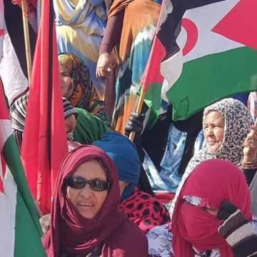Ciudadanos saharauis marchan en el campamento de El Aaiún en solidaridad con sus compatriotas en El Guerguerat
