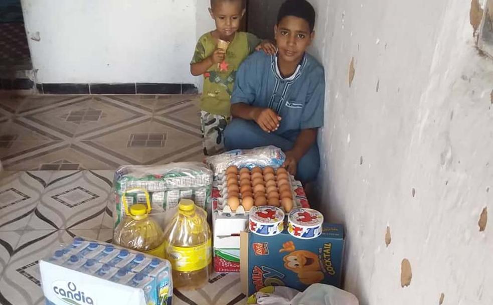Los niños que viajaron a El Bierzo en el verano de 2019 disfrutando de productos enviados por la asociación./