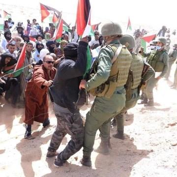 ⭕ URGENTE | Aumenta la tensión en el Sáhara Occidental: Intercambio de tirones entre soldados marroquíes manifestantes saharauis