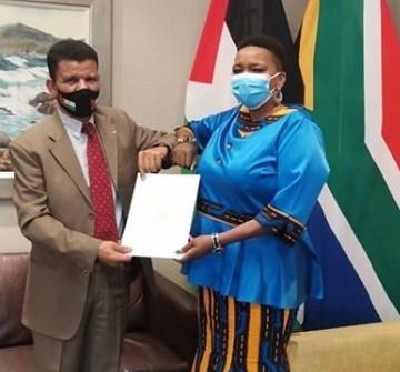 Embajador saharaui en la República de Sudáfrica, Mohamed Yeslem Beissat, presenta Copias de Estilo | Sahara Press Service
