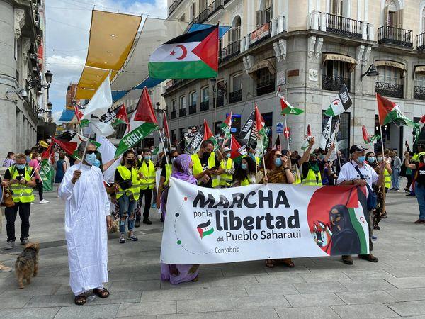Centenares de personas reciben en Madrid a la #MarchaSaharaui por un «Sáhara libre»