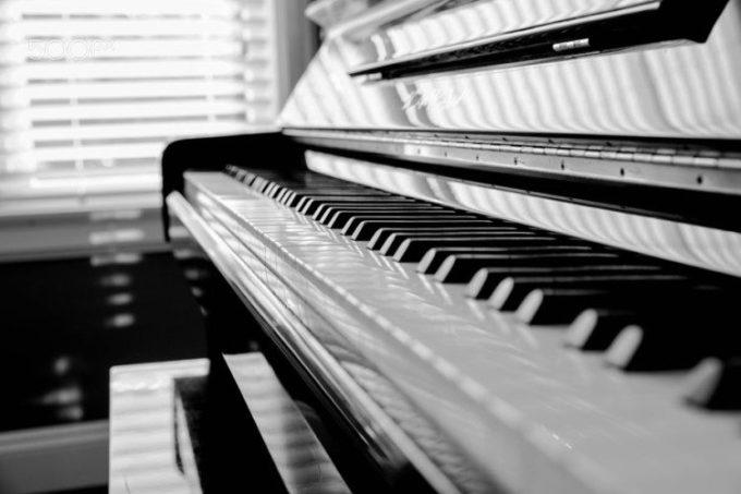alat musik modern piano