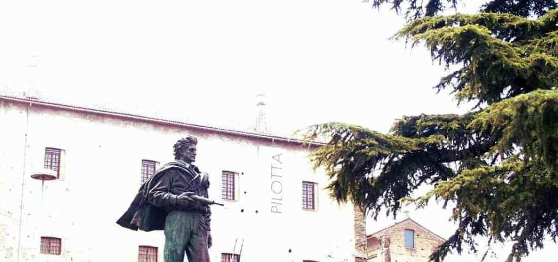 Sculpture outside Palazzo della Pilotta in Parma (2015-07-22)