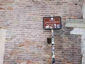 Sign outside Romeo's house, Verona, Italy (2016-01-20)