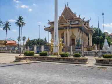 Golden monkeys outside Battambang temple, Cambodia (2017-04-23)