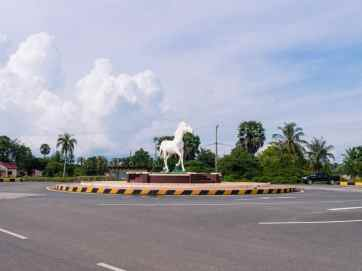 White Horse roundabout sculpture, Kep, Cambodia (2017-04-29)