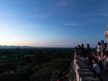 Crowds at sunrise at Shwesandaw Pagoda, Bagan, Myanmar (2017-09)