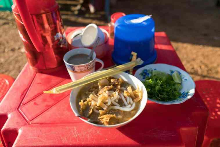 Mohinga noodle soup for breakfast at Shwesandaw Pagoda, Bagan, Myanmar (2017-09)