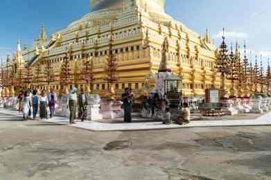 Crowds at Shwezigon Pagoda, Bagan, Myanmar (2017-09)
