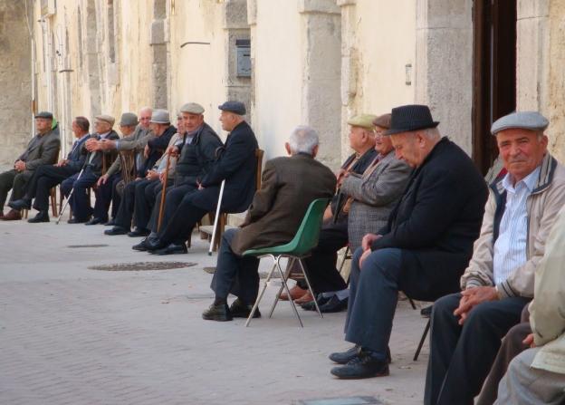 Gli italiani più vecchi e soli, e al Sud allarme lavoro giovani