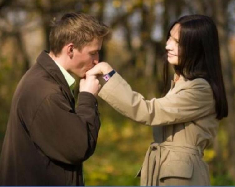¿Qué significa que tu pareja te bese en la mano?