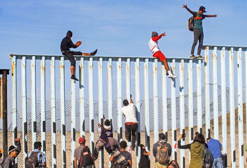 Caravana migrante alcanza la frontera entre México yEEUU