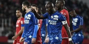 Prince-Desir Gouano señala a los aficionados que le habían proferido gritos racistas/ FOTO: AFP